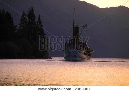 Uma velha barco a vapor no Lago de montanha.