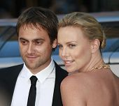 LOS ANGELES - JUN 30: Charlize Theron and Stuart Townsend at the premiere of 'Hancock' in Los Angele