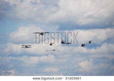 helicópteros e aviões diferentes
