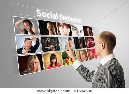 Empresário pressionando botões sociais sobre um fundo Virtual
