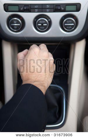 Hombre en el coche