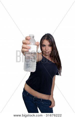 Guapa morena con agua embotellada