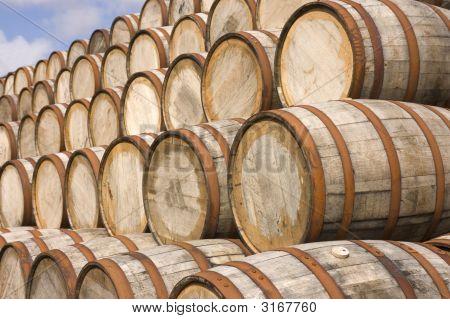 Barriles en la destilería