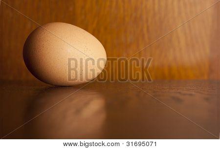 Ei auf einem hölzernen Hintergrund
