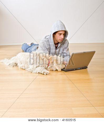 Teenager und Laptop-Computer und Hund