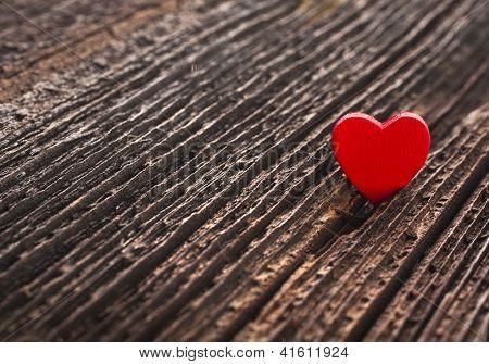Amor coração crack fundo de textura de madeira, conceito de cartão de dia dos Namorados