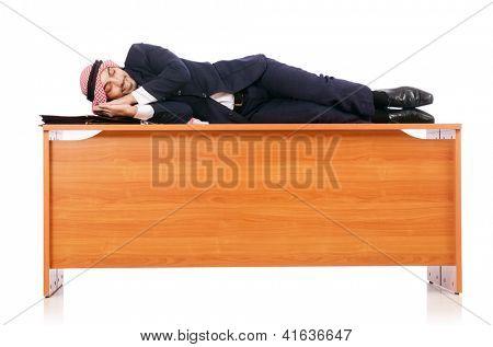 Hombre árabe sentado en su escritorio