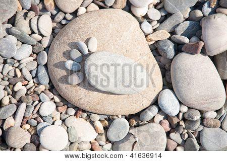 Meer??Steine, die in Form von Fußspuren angeordnet