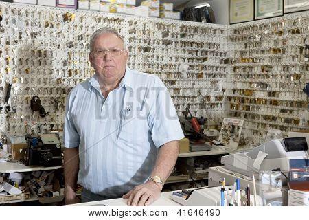 Retrato de cerrajero en tienda