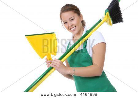 niedliche Mädchen mit Besen und Reinigungsartikel