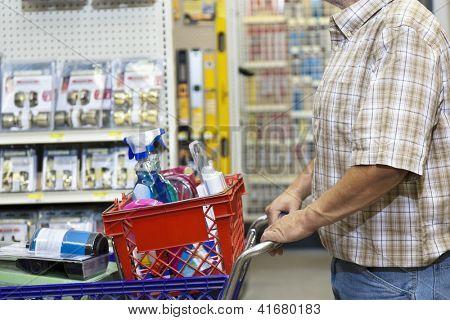 Torso de hombre con carrito de la compra en Ferreterias