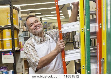 Retrato de un hombre de mediana edad feliz con escala en Ferreterias