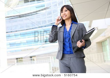 Asian Business-Frau am Telefon