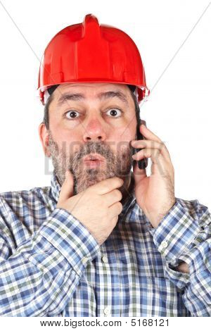 Trabalhador da construção civil surpreso
