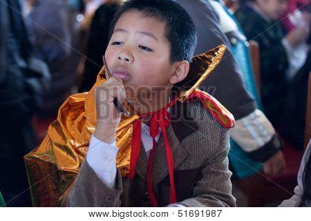 The boy disguise oneself as a samurai