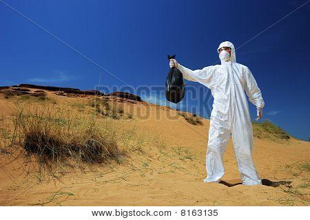 ein Mann in eine holding eine Tasche Schutzanzug