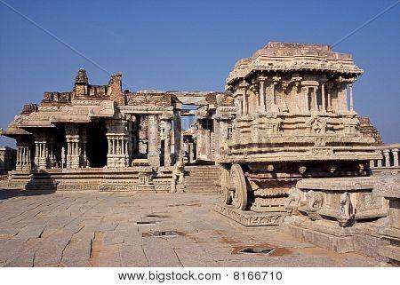 Carruagem de pedra e ruínas de Templo Hampi Índia