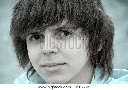 Adolescente con pelo lanudo