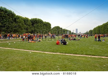 PARIS - JUNE 6 : The ending RUGBY Top of 14 France. Sports fans Union Sportive Arlequins Perpignanai