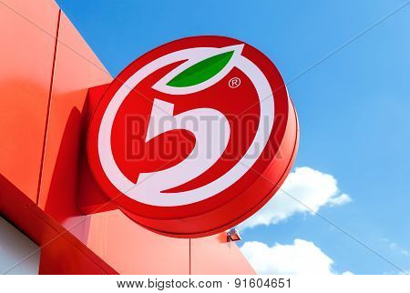 Logo Of Russia's Largest Retailer Pyaterochka Against The Blue Sky Background