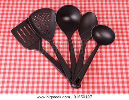 The black kitchen tableware