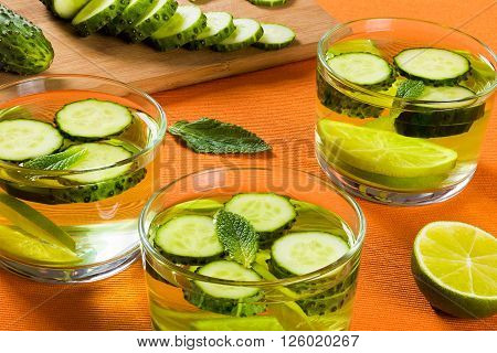 Very Fat Burning Detox Drink - Sassi Water: sliced cucumber lime and mint in the glasses
