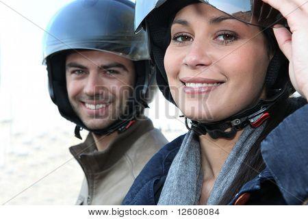 Cascos de moto usando par