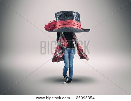 Fashion girl wearing a enormous hat and shawl
