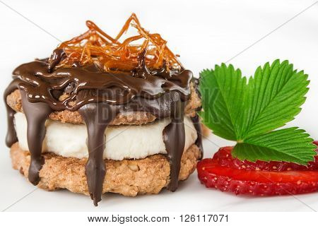 Delicious small cake with biscuits, mascarpone filling and chocolate.