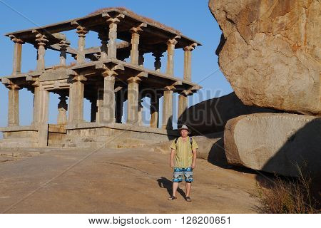 the man examines ancient temples of the Vidzhayanagarsky era in the village of Hampi in India