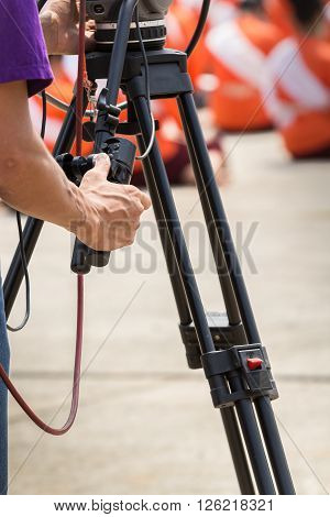 Thumb technician recording the broadcast. Who controls the rear camera blur.