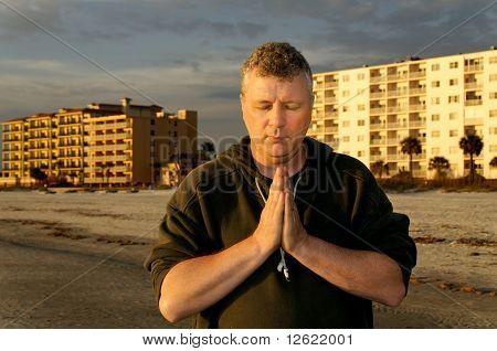 Mann, der betet vor Hotels