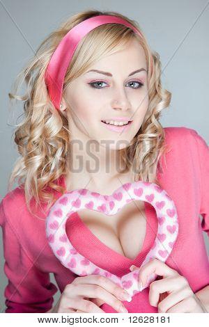 Menina loira glamourosa feliz
