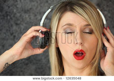 Portrait einer Frau Musikhören mit geschlossenen Augen