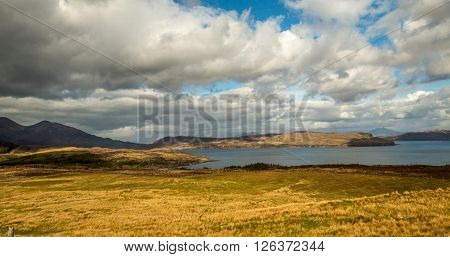 Schottland Wasser Himmel Wolken Gras Baeume  Berge