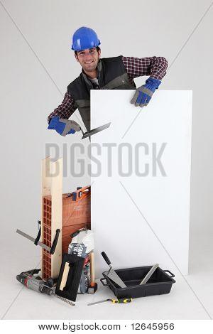 Mason con material de construcción