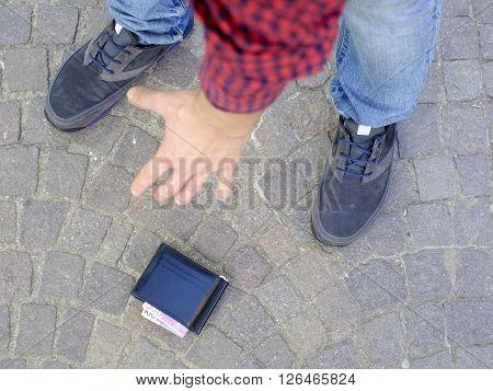 Man losing his wallet and pick up