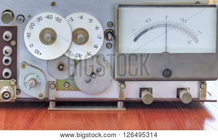 Electronic device with measuring scales close up