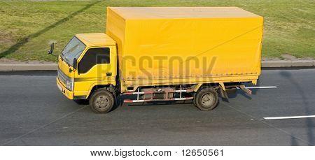 camión amarillo