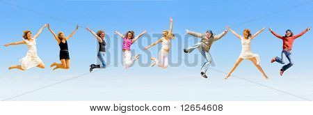 8 personas felices saltando con alegría