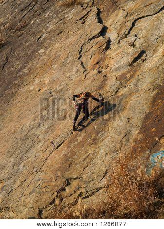 Bergsteiger auf dem orange Felsen