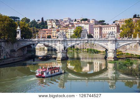 Touristic Boat And Ponte Vittorio Emanuele Ii