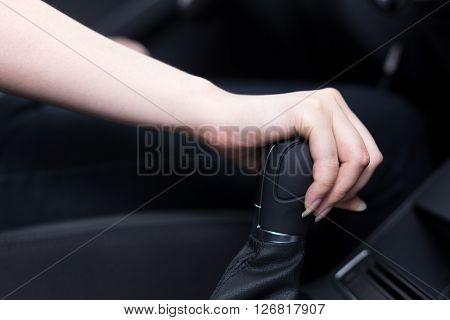 woman shift gears in car