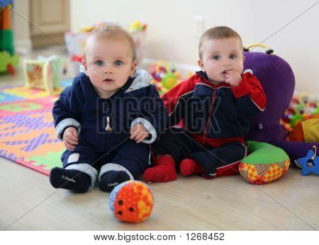Baby Brüder spielen