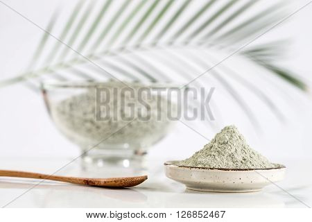 Composition with cosmetic clay for spa treatments in glass mortar