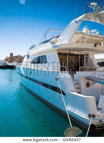 Große Yacht im Hafen