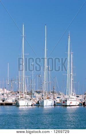 drei hoch Segelschiffe vor Anker in sonnigen spanischen Hafen oder Hafen