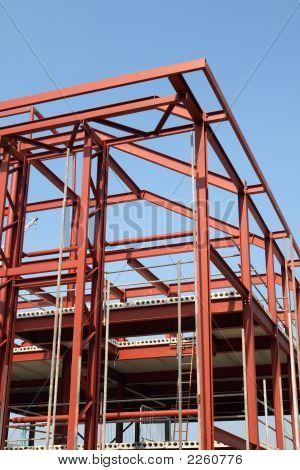 Vista vertical de un marco de construcción de edificio de acero rojo.