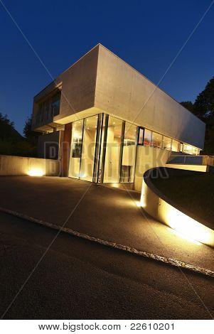 Nueva arquitectura, hermosa casa modernista al aire libre en la noche
