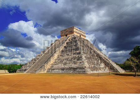 Pirámide Maya de Chichén Itzá Kukulkan cielo dramático México Yucatán